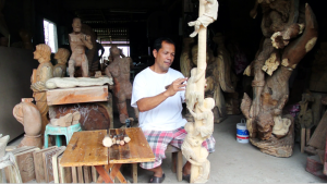 A Paete carver Photograph c/o risquedesignsph.com