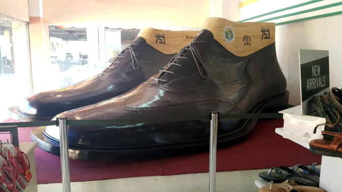 2002 Arch. Ernesto 'Bong' Leaño & Marikina Spateros - World's Largest Pair of Shoes 2