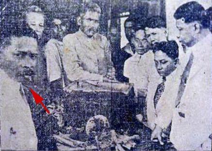 1918 Dr. Sixto de los Angeles, Hermenegildo Cruz, Gen. Guillermo Masangkay, and Jose Reyes inspecting whats was believed to be the bones of Andres Bonifacio
