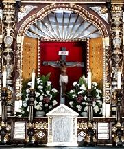 Altar, Crucifix