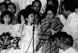 1986 Corazon Aquino taking oath as President of the Philippine